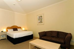 Quality Hotel Tiffins on the Park - Accommodation VIC
