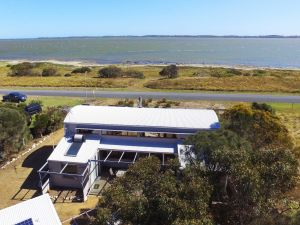 Coorong Aurora - Breathtaking Waterfront Escape - Accommodation VIC