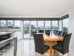Paradise Point - Tamar Valley 14 Persons Residence with pool - Accommodation VIC